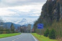 Vista della strada al castello ed alla montagna in Svizzera Fotografia Stock