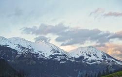Vista della strada alla montagna innevata nell'inverno Svizzera Fotografia Stock