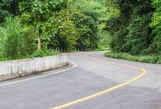 Vista della strada asfaltata della curva Fotografie Stock