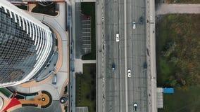 Vista della strada da sopra Ponte, metraggio aereo da un elicottero Vista superiore del modo nel centro di affari Vecchio rotto video d archivio