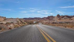 Vista della strada di bobina che passa il parco nazionale delle colline, canyon rosso della roccia, Nevada 4K archivi video