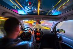 Vista della strada di città di notte dall'interno dell'automobile Immagine Stock Libera da Diritti