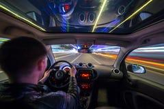 Vista della strada di città di notte dall'interno dell'automobile Fotografia Stock Libera da Diritti