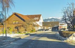 Vista della strada di un villaggio svizzero nell'inverno Fotografie Stock