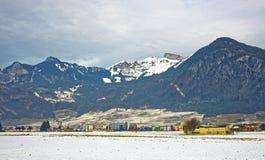 Vista della strada di una città in Svizzera innevata Fotografia Stock Libera da Diritti