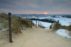 Strada che conduce alle dune all'alba, Paesi Bassi Fotografie Stock