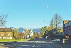 Vista della strada e un villaggio svizzero nell'inverno Immagini Stock