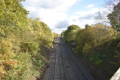 Vista della strada ferrata veduta da un vecchio ponte - stazione termale di Leamington contenuta foto, Regno Unito Immagine Stock Libera da Diritti