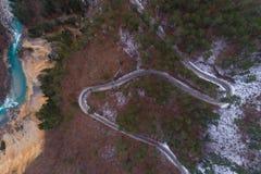 Vista della strada della montagna di inverno da sopra Fotografia Stock