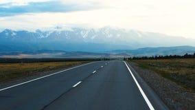 Vista della strada nelle montagne video d archivio