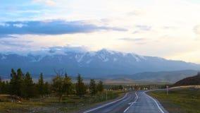 Vista della strada nelle montagne archivi video