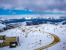 Vista della strada principale sulla cima dell'alta montagna in Sichuan Fotografia Stock Libera da Diritti