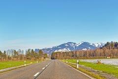 Vista della strada sulle montagne svizzere innevate Fotografia Stock