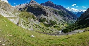 Vista della strada tortuosa di Stelvio Pass da Bormio Immagine Stock
