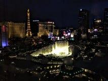 Vista della striscia nella manifestazione di notte della fontana di dancing di Las Vegas all'hotel di Bellagio Parigi Parigi immagini stock libere da diritti