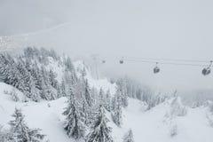 Vista della teleferica che va giù al villaggio di Chamonix-Mont-Blanc, Francia Immagini Stock