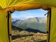 Vista della tenda al paesaggio della cresta delle montagne Osservando dalla tenda La Russia, Siberia, montagne di Altai fotografie stock libere da diritti