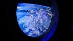 Vista della terra attraverso l'oblò dell'astronave Stazione Spaziale Internazionale video d archivio