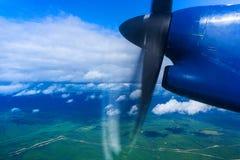 Vista della terra da un aeroplano con un'elica funzionante Immagini Stock