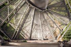 Vista della torre dell'allerta del paesaggio della scala del metallo giù Fotografia Stock