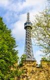 Vista della torre dell'allerta di Petrin a Praga Immagini Stock Libere da Diritti