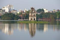 Vista della torre della tartaruga sul lago della spada restituita Hanoi, Vietnam Immagine Stock