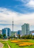 Vista della torre della televisione di Almaty sulla montagna di Kok Tobe - il Kazakistan Fotografie Stock
