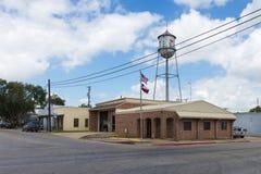Vista della torre di acqua e del comune nella città di Nixon nel Texas, U.S.A. Fotografia Stock Libera da Diritti