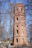 Vista della torre di acqua sulla via di una città provinciale di Zarajsk, regione di Mosca Fotografia Stock Libera da Diritti