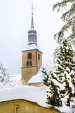 Vista della torre di chiesa nella città di Chamonix-Mont-Blanc, Francia, inverno Fotografie Stock Libere da Diritti