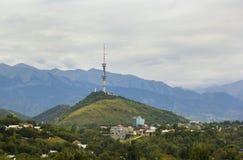 Vista della torre di comunicazione sulla collina di Kok Tobe, Almaty il Kazakistan Fotografie Stock