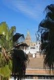 Vista della torre di Giralda dalla torre dorata sulle banche del fiume Guadalquivir in Siviglia Spagna fotografia stock