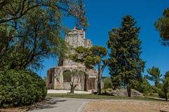 Vista della torre di Magne Magna di giro con cielo blu, nell'alta parte dei giardini della fontana, a Nimes Fotografia Stock