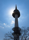 Vista della torre di Seoul backlit dal sole Fotografie Stock