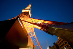 Vista della torre di Tokyo dalla base fotografia stock