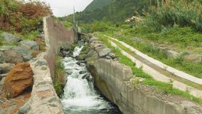 Vista della torrente montano sull'isola del Madera video d archivio