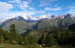 Vista della traccia turistica vicino al Cervino in Immagine Stock