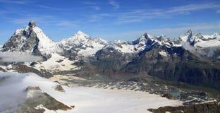 Vista della traccia turistica vicino al Cervino nelle alpi svizzere Immagine Stock Libera da Diritti
