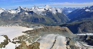 Vista della traccia turistica vicino al Cervino nelle alpi svizzere Immagini Stock