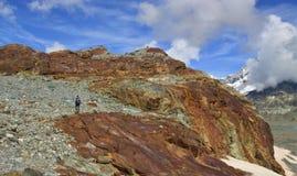 Vista della traccia turistica vicino al Cervino nelle alpi svizzere Immagini Stock Libere da Diritti