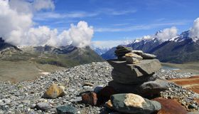 Vista della traccia turistica vicino al Cervino nelle alpi svizzere Immagine Stock