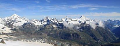 Vista della traccia turistica vicino al Cervino nelle alpi svizzere Fotografia Stock