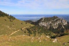 Vista della valle con le alte montagne. Fotografie Stock Libere da Diritti