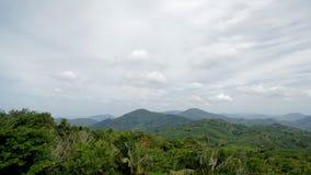 Vista della valle con le colline verdi in un paese caldo di estate stock footage