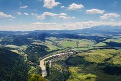 Vista della valle dalla cima della montagna fotografie stock