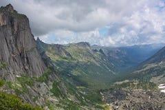 Vista della valle del fiume in montagne Fotografia Stock