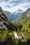 Vista della valle della montagna in Parco Tre Cime di Lavaredo, italiano Dolo Fotografia Stock