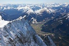 Vista della valle delle alte montagne di Zugspitze, Germania Fotografia Stock Libera da Diritti