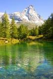 Vista della Valle di Aosta del lago blu Fotografia Stock