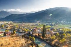 Vista della valle di Pnuakha con il cielo nuvoloso, Punakha, Bhutan fotografia stock